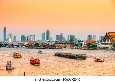 Bangkok skyline on Chao Praya river at sunset, Bangkok, Thailandia.