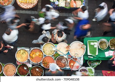 Bangkok street food has many delicious dishes and many kinds of dishes to choose from, such as Thai Curry, Tamarind, Tom Yam, Shrimp, Pork, Thai. The sweet food of Thailand.