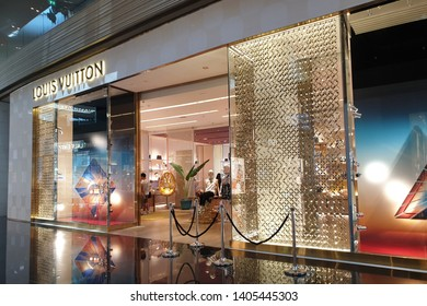 57da5d838eb BANGKOK, THAILAND - APR 5, 2019: Exterior view of Louis Vuitton LV fashion