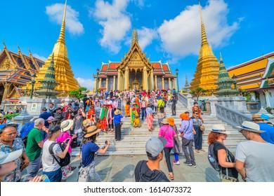 Bangkok, Thailand - FEBRUARY 23, 2018: Tourist visiting the Wat Phra Kaew, Temple of the Emerald Buddha, and Grand Palace complex.  Bangkok, Thailandia.