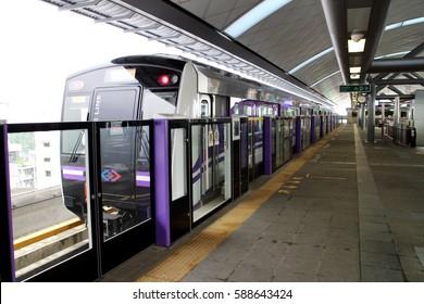 BANGKOK, THAILAND - JANUARY 10, 2017: The MRT Purple line platform, The Purple Line serves travellers between the northwestern suburbs of Bangkok in Nonthaburi Province, Thailand. January 10, 2016