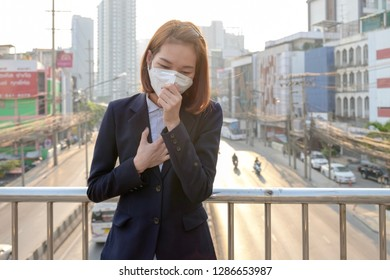 BANGKOK, THAILAND - January 17: Dindang road on January 17,2019 in Bangkok, Thailand. Asian woman wearing the N95 Respiratory Protection Mask against PM2.5 air pollution and headache Suffocate