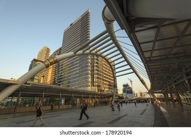 BANGKOK, THAILAND - MARCH 25, 2013 : Unidentified business people rushing to work