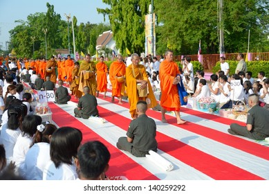 BANGKOK, THAILAND - MAY 23: People give food offerings to Buddhist monks on May 23, 2013 in Bangkok, Thailand. Thai tradition