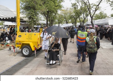 BANGKOK THAILAND - NOV 5 : service for The elderly by  student volunteer in Sanam Luang area, while the funeral of king Bhumibol Adulyadej in Grand Palace on november, 5, 2016