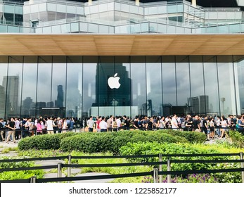 BANGKOK, THAILAND - NOVEMBER 10, 2018 : Many people wait to queue up the launch of the first Apple Store in Thailand at the ICON SIAM Department-store.