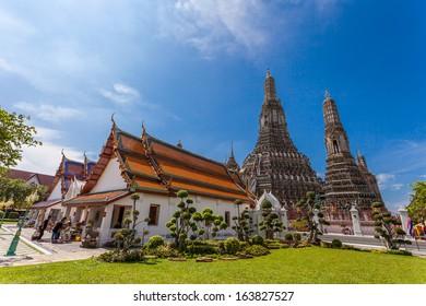 BANGKOK, THAILAND - NOVEMBER 10 : many travelers go to Wat Arun on November 10, 2013 in Bangkok, Thailand