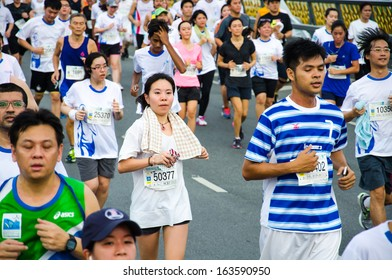 BANGKOK THAILAND - NOVEMBER 17: Unidentified marathon runner at Bangkok marathon 2013 on NOVEMBER 17, 2013 in Bangkok, Thailand.