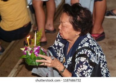 Bangkok, Thailand - november 27, 2004 : loy krathong festival. Unidentified women dressed and traditional candle lighting ceremony to worship.