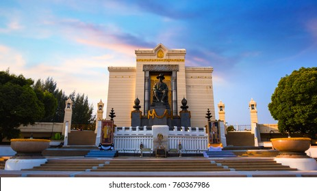 BANGKOK, THAILAND - OCTOBER 29 2017: The Monument of King Phutthayotfa Chulalok or the King Rama I the First King of Chakri dynasty at  King Rama I Park nearby Rama I memorial bridge