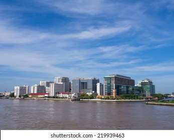 BANGKOK, THAILAND - SEPTEMBER 21, 2014: Siriraj hospital is the first hospital and medical shool in Thailand, placed at the West bank of Chaophya river. This view is from Pinklao bridge.
