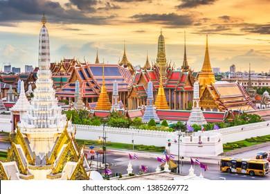 バンコク、タイ、エメラルドブッダの神殿、そして夕暮れに大宮殿。