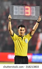 BANGKOK THAILAND-SEP 19:Unidentified referee of Thailand shows extra time during Thai Premier League BEC-Tero Sasana and Osotspa F.C.at 72-years Anniversary Stadium on September 19,2015 in Thailand