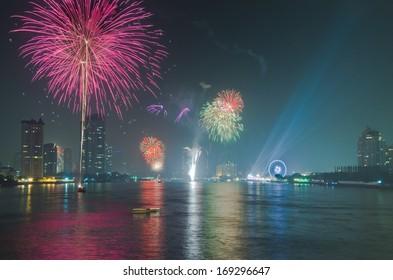 BANGKOK-JAN 01:The happy new year 2014 exploding fireworks over chaophraya river in bangkok Thailand on January 1,2014 in Bangkok