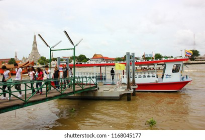BANGKOK,THAILAND -26 AUGUST ;2018:The tourist back to port after visit Wat Aroon by boat