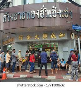 Bangkok,Thailand 7 Aug 2020:Many Thai people Parade out to sell gold bars At a gold shop, Yaowarat area, Charoen Krung Road