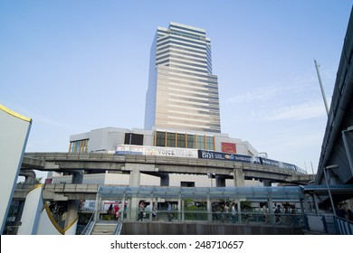 BANGKOK,THAILAND - JAN 3 : Siam Discovery Building at Pathumwan junction on Jan 3,2015 in Bangkok, Thailand. Pathumwan junction is one of the most busiest shopping districts in Bangkok.