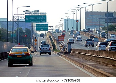 BANGKOK-THAILAND-DECEMBER 16 : The traffic on the road, December 16, 2017 Bangkok, Thailand