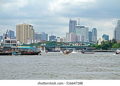 BANGKOK-THAILAND-JULY 13 : Tranportation of boat in the river on July 13, 2014 Bangkok, Thailand