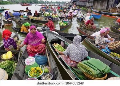 Banjarmasin, INDONESIA - September 30, 2016: Activity in Pasar Terapung or floating market Banjarmasin, South Kalimantan, Indonesia
