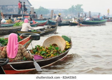 Banjarmasin - Kalimantan's largest and most beguiling city rest gingerly over a labyrinth of canals. Floating market near the city on the Martapura river. Indonesia, Borneo