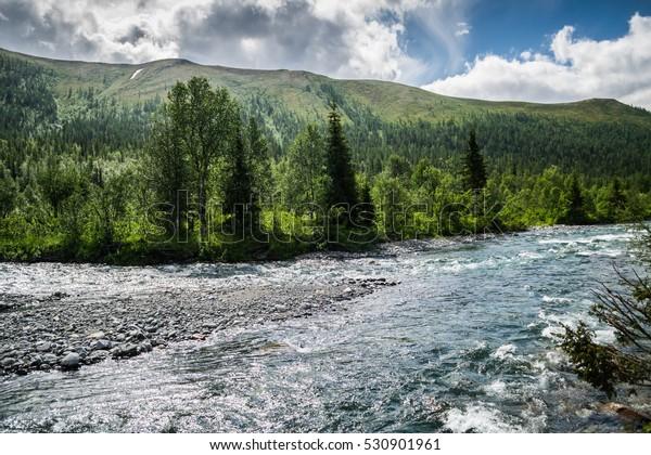 bank-manaraga-river-front-mountains-600w