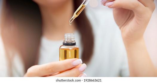 Banner Frau Haarpflege, Tropfen der Ölwiederherstellung und Erholung wird auf Kopfzwiebeln angewendet.