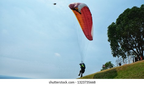 Location Paraglider Images, Stock Photos & Vectors