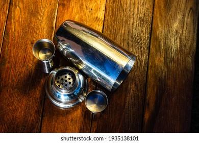 Bar Utensilien, Getränk Konzept. Accessoires für Cocktail-Shaker auf einem Holzbrett.