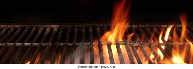 Grillgrill einzeln auf schwarzem Hintergrund. BBQ Flammenkohle Grill einzeln. Heißes Barockkohlefaser-Eisengrill mit hellen Flammen des Feuers. Abstraktes Panorama Grill Wide Banner.