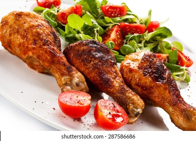 Barbecued chicken drumsticks and vegetables