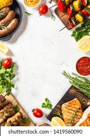assortiment de plats barbecues. Viandes grillées, poissons, saucisses et légumes. Vue de dessus sur une table en pierre blanche.