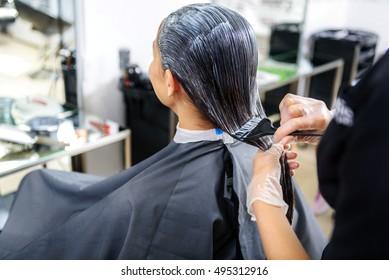 barber making hair coloring