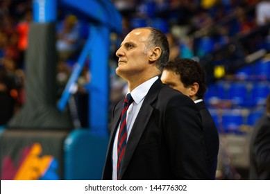 BARCELONA - JUNE 15: Dusko Ivanovic gives instructions to his player on the match against F.C Barcelona basketball team at Palau Blaugrana on June 15, 2009 in Barcelona, Spain.