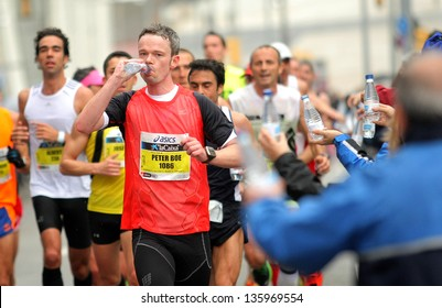 BARCELONA - MARCH, 17: Group of runners at the Refreshment point during Barcelona Marathon in Barcelona March 17, 2013 in Barcelona, Spain