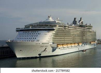 BARCELONA - SEP, 13: The Largest cruise ship Oasis of the Seas docking in a Barcelona port, the most important cruiser port in the mediterranean sea, Septembre 13, 2014 in Barcelona, Spain