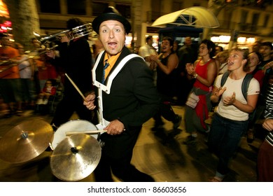 BARCELONA - SEPT, 24: Drummer of music troop Le Compagnie Tetaclak in full swing performing his show at Las Ramblas during a Festival City on September 24, 2004 in Barcelona, Spain