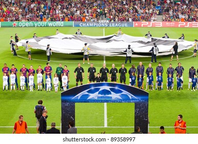 BARCELONA - SEPTEMBER 13: Players of Barcelona (L) and Milan with unidentified children before the Champions League match FC Barcelona and AC Milan, 2 - 2, on September 13, 2011, in Barcelona, Spain.