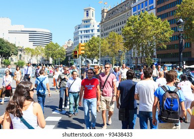 BARCELONA - SEPTEMBER 15: Many of tourists strolling across the center of the city on September 15, 2011 in Barcelona. It is one of the busiest pedestrian areas in Barcelona