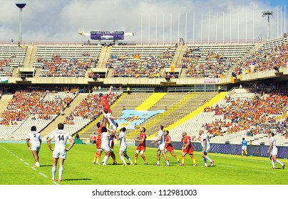 BARCELONA - SEPTEMBER 15: Unidentified rugby players in action during USAP Perpignan vs Toulouse match of french rugby league in Barcelona Olympic stadium, on September 15, 2012, Barcelona, Spain.