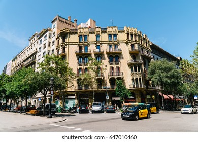 BARCELONA, SPAIN - AUGUST 05, 2016: Everyday Life In Busy Downtown Barcelona City Of Spain.