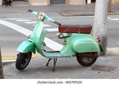 BARCELONA, SPAIN - december 11, 2015: Green Vespa parked on old street .