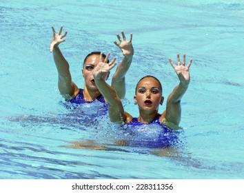 BARCELONA, SPAIN-JULY 15, 2003: Russia couple Anastasia Davidova and Anastasia Ermakova, during the swimming synchronized final of the Swimming World Championship, in Barcelona.
