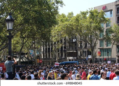 BARCELONA/SPAIN - 18 AUGUST 2017: Crowd attending the minute of silence for the at least 14 deadly victims and over 100 injured in the terrorist attack that took place on Ramblas.Credit:Dino Geromella