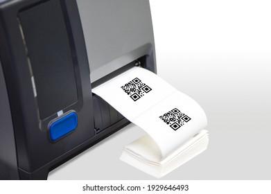 """Strichcode-Etikettendrucker. Beim Scannen des QR-Codes wird das Wort """"Text"""" angezeigt."""