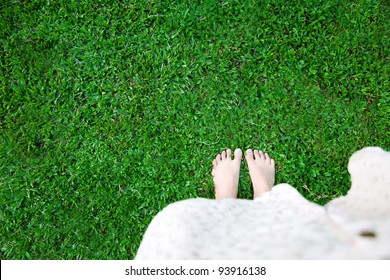 Barefoot of woman on green grass
