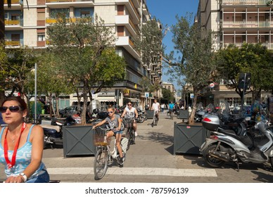 BARI, ITALY - 3 OKTOBER: Bari is city on the Adriatic Sea. View of a busy street with bicycles next to the train station on 3 Oktober 2017, Bari, Italy.