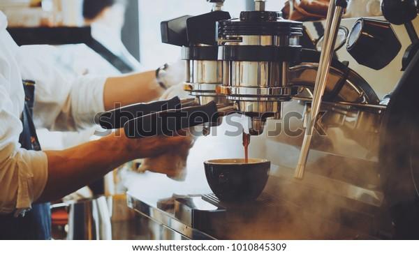 Бариста сделать кофе латте искусство с эспрессо машина в кафе старинные цвета тон