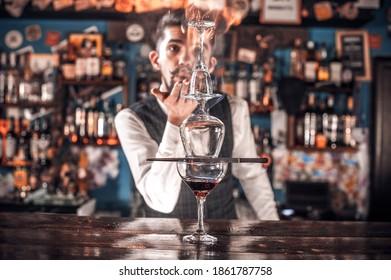 Barman macht einen Cocktail im Pothouse
