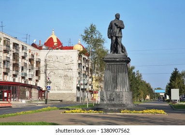 BARNAUL. ALTAI KRAI. RUSSIA. 24 SEPTEMBER 2016 : Monument to Lenin at Lenin avenue in Barnaul. Altai Krai. Western Siberia. Russia
